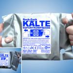 Kryotherapie: Das Bild zeigt eine silberne Kältekompresse auf blauem Hintergrund. Links und rechts hälten Hände die Kompresse, indem jeweils ein Finger in seitliche Locheinsparungen geführt sind. Unten links ist dieses Bild noch einmal in einem weiß abgesetztem Rechteck in Viertelgröße dargestellt.